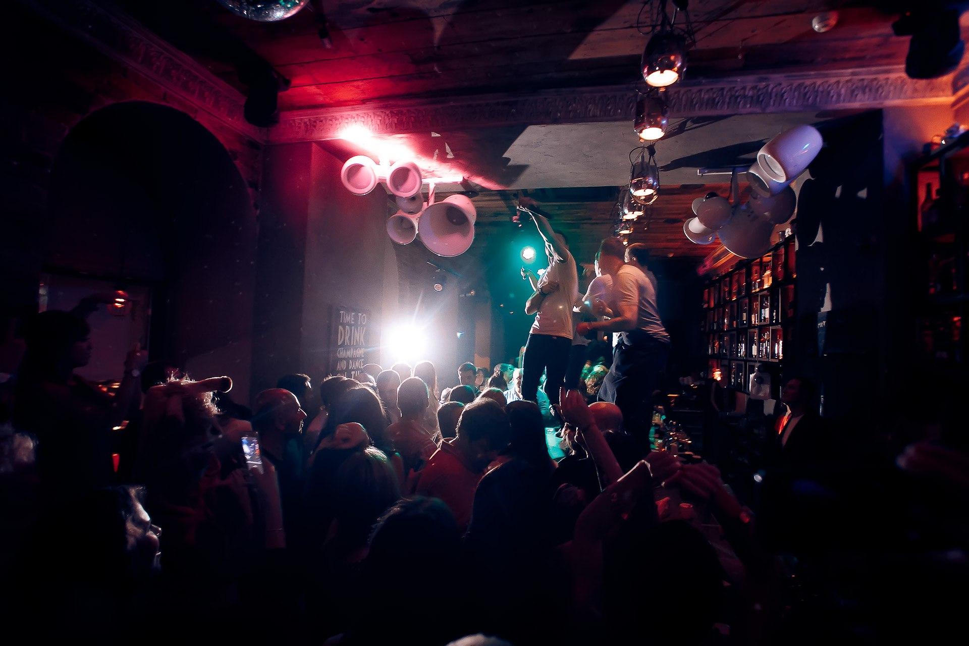 Работа официанткой в ночные смены в ночном клубе клуб восход москва