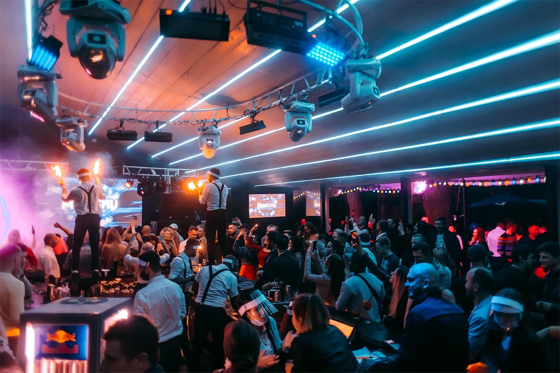 Вакансии бармен в ночной клуб санкт петербург клуб фантомас москва на болотной набережной официальный